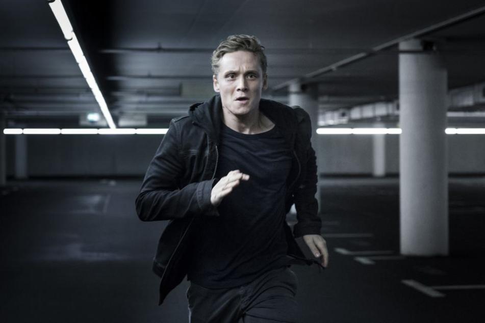 """Imagewechsel: In """"You are Wanted"""", seiner Thriller-Serie für Amazon, spielte  Schweighöfer einen von  Cyber-Gangstern gejagten Familienvater."""