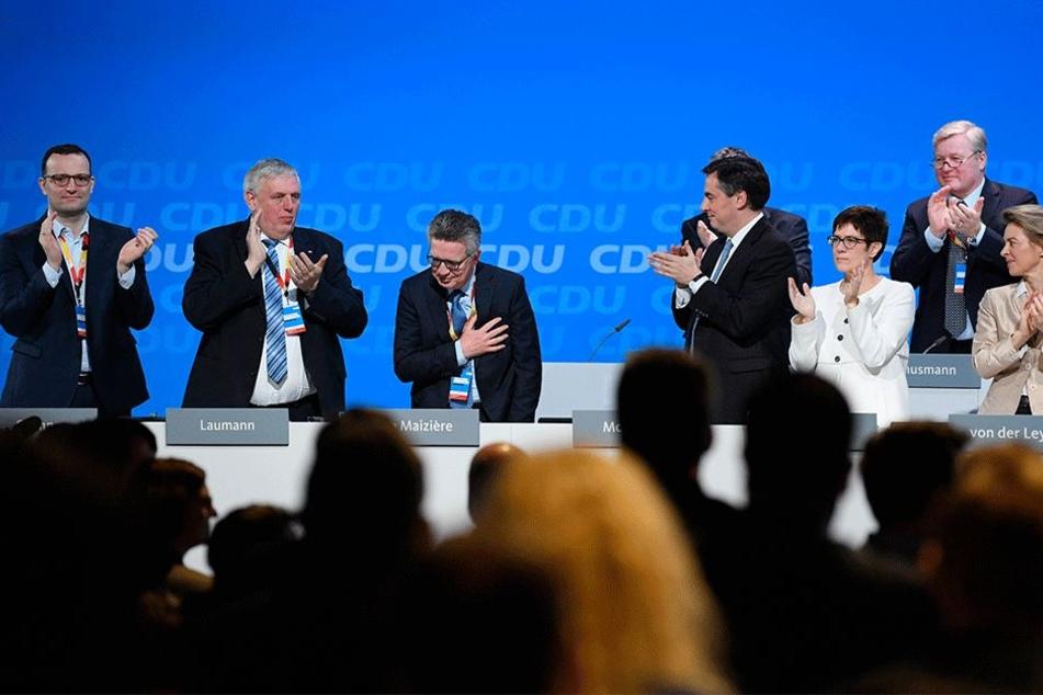 Zum Abschied Standing Ovations seiner CDU: Dauerminister Thomas de Maizière (64, CDU) wird der neuen Bundesregierung nicht mehr angehören. Nicht ganz freiwillig.