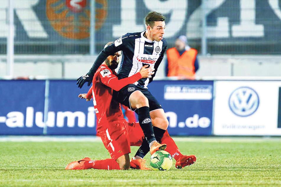 FSV-Verteidiger Nico Antonitsch (l.) kann Aalens Luca Schnellbacher kaum halten.