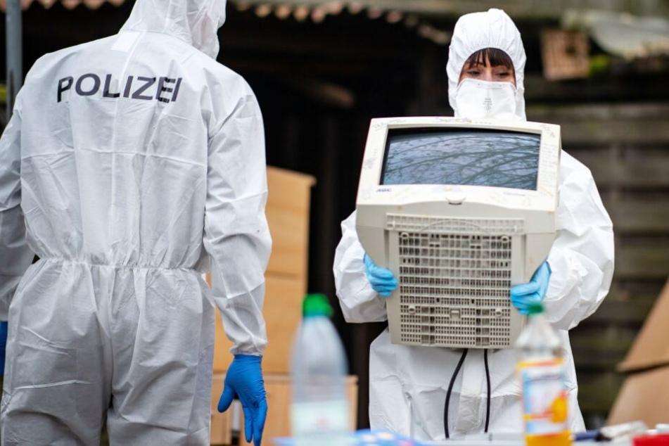Die Polizei stellte einige Computer sicher.