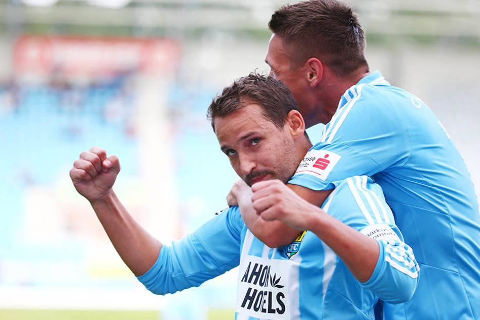 Anton Fink (vorn) wird von Sturmpartner Daniel Frahn umarmt. Gemeinsam erzielten sie 19 von 30 CFC-Toren.