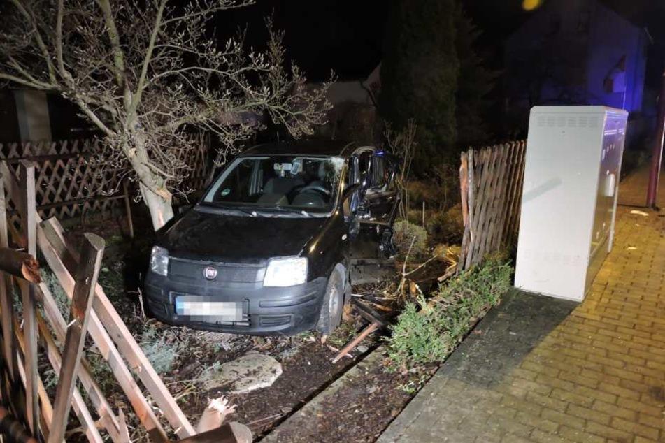 Der Fiat Panda wurde in einen Vorgarten geschleudert.