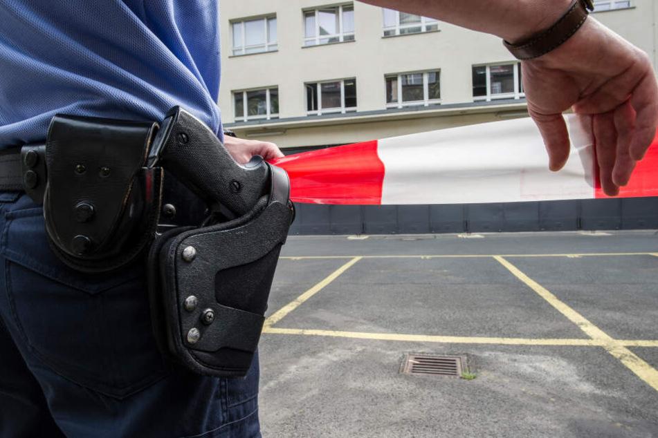 Laut Polizei suchte der Mann einen Gegenstand im Gully auf einem Parkplatz, als der Unfall passierte. (Symbolbild)