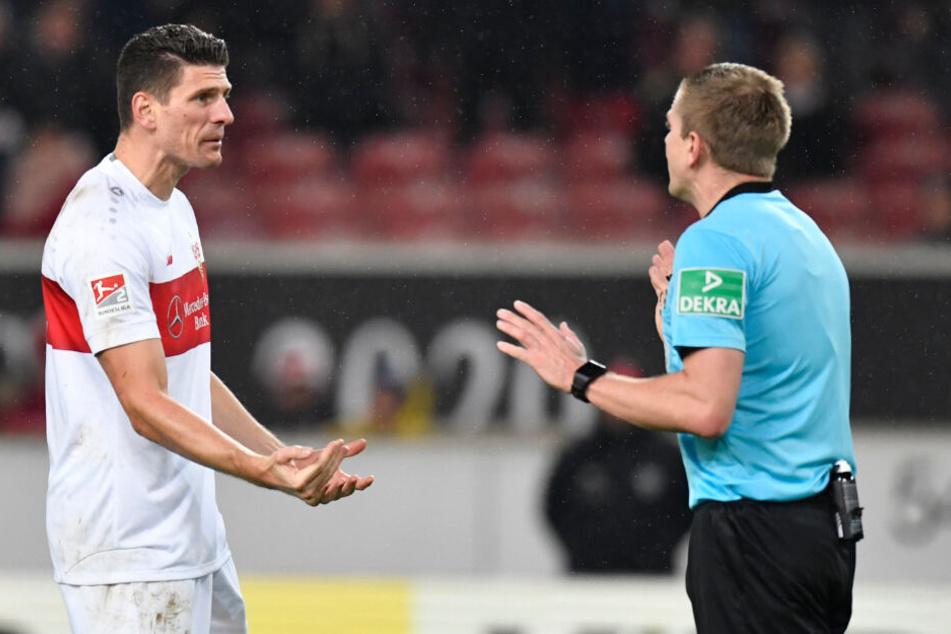 Stuttgarts Mario Gomez (l) spricht mit Schiedsrichter Robert Schröder, als dieser seinen Treffer nicht anerkennt.
