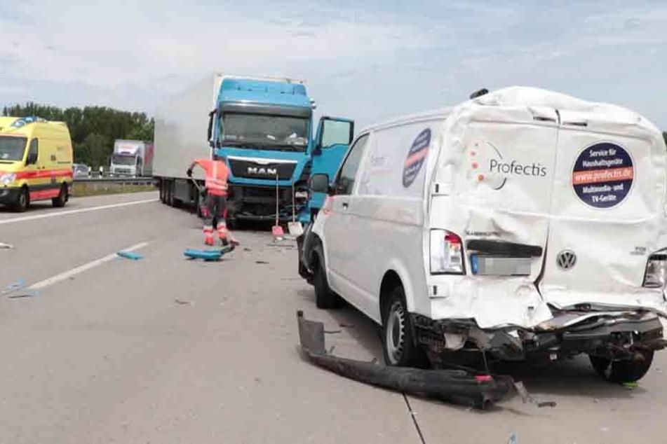 Der Fahrer des VWs und des Sprinters wurden durch die Wucht des Aufpralls schwer verletzt.