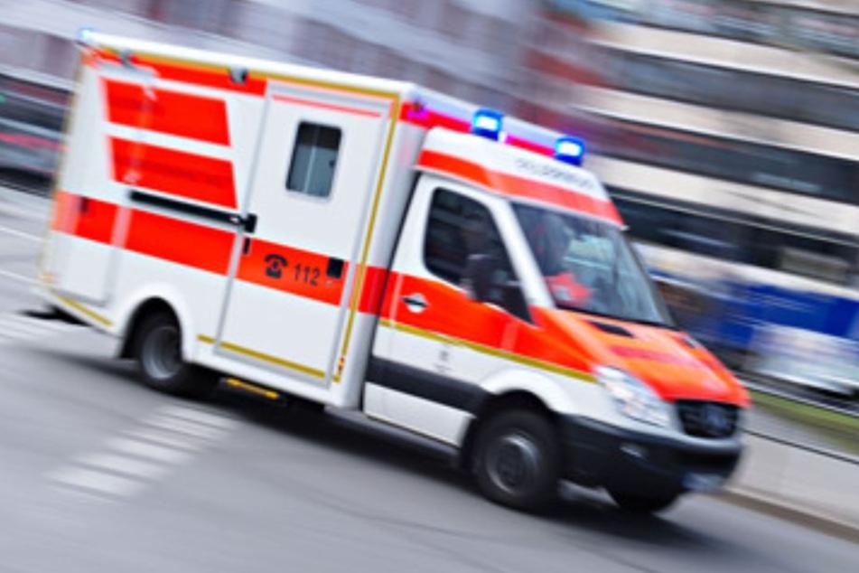 Der Verletzte wurde in ein Krankenhaus gebracht. (Symbolbild)