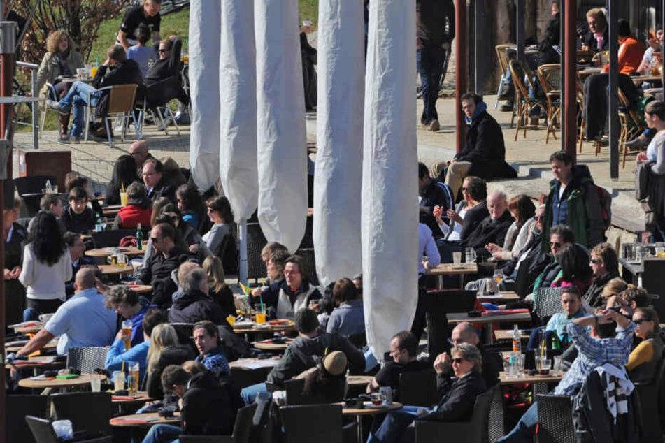 Die Gastronomen in Gießen müssen für ihre Außenbereiche künftig noch tiefer in die Tasche greifen. (Symbolbild)