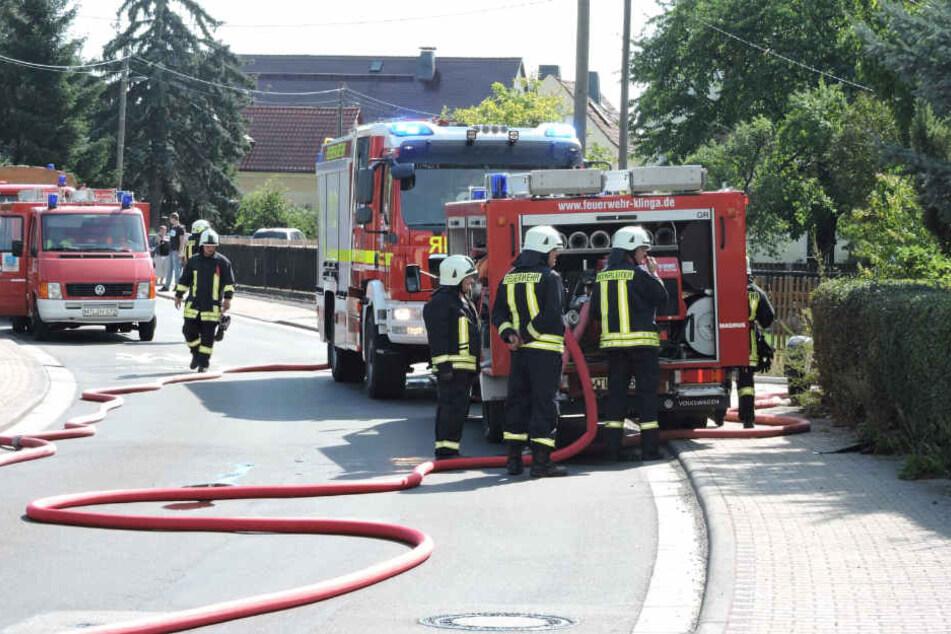 Meterhohe Flammen und Rauch: Brand im Hinterhof