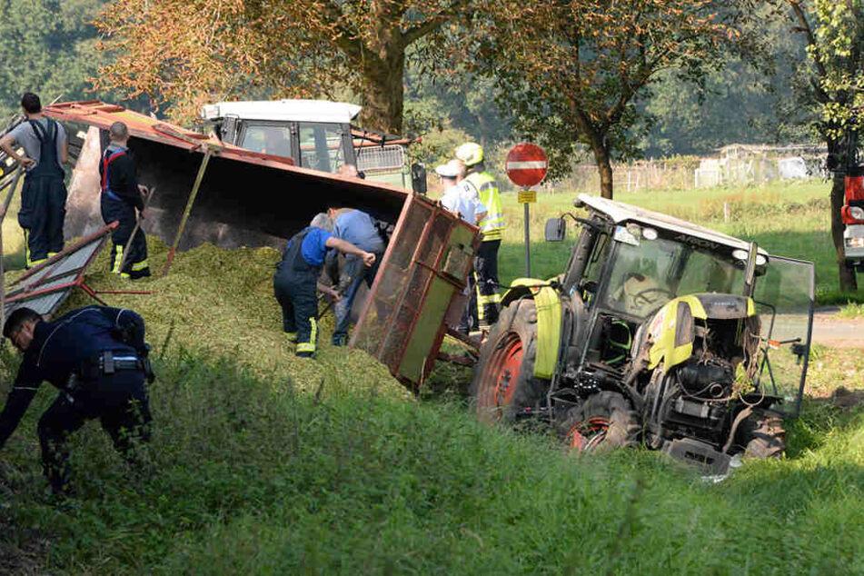 Traktor will Bahnschienen überqueren, dann kommt plötzlich ein Güterzug