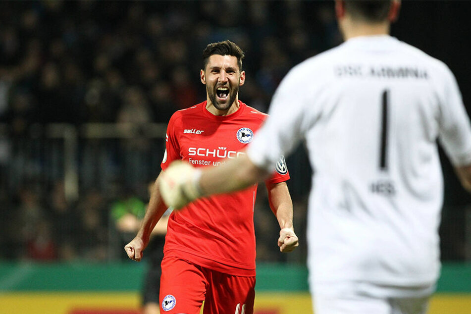 Stephan Salger (li.) schoss den letzten Elfmeter für die Bielefelder beim 5:4-Sieg in Walldorf.