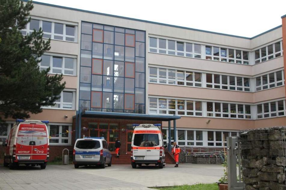 Rettungskräfte betreten die Grundschule am Mühlenteich in Evershagen.