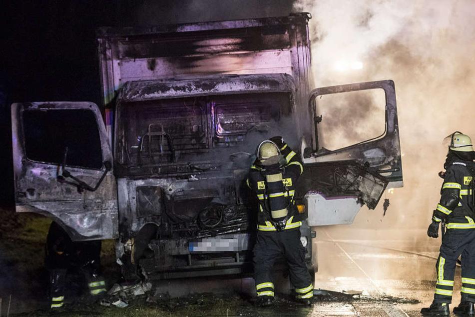 Brennender Lkw auf der Autobahn hält Feuerwehr in Atem