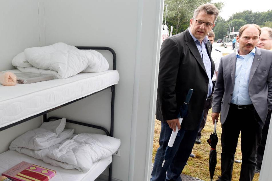 Bürgermeister Pierre Gilgenast (rechts) und der damalige Innenminister Stefan Studt sehen sich die Erstaufnahmeeinrichtung in Rendsburg an (Archivbild).