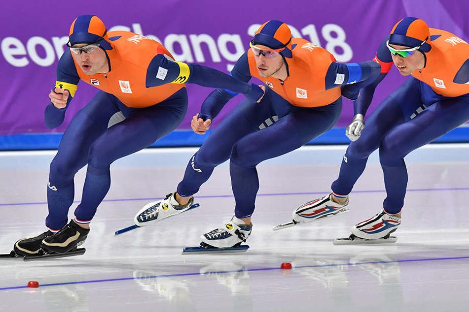 Sven Kramer (l-r), Jan Blokhuijsen und Patrick Roest sowie ihr Team-Kollege Koen Verweij (nicht im Bild) holten die Bronze-Medaille für die Niederlande.
