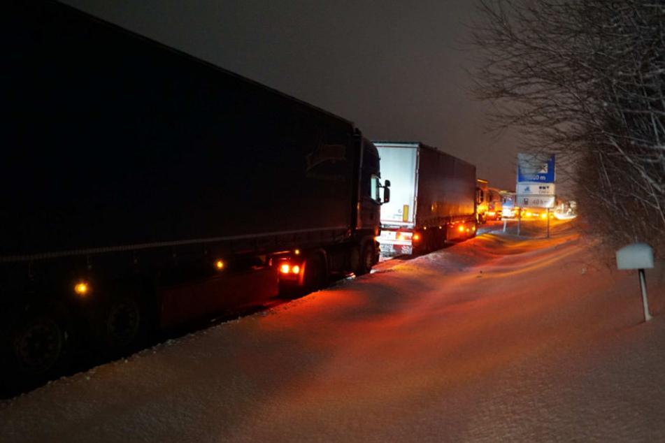 Mehrere Lkw fuhren sich auf der glatten und verschneiten Autobahn fest.