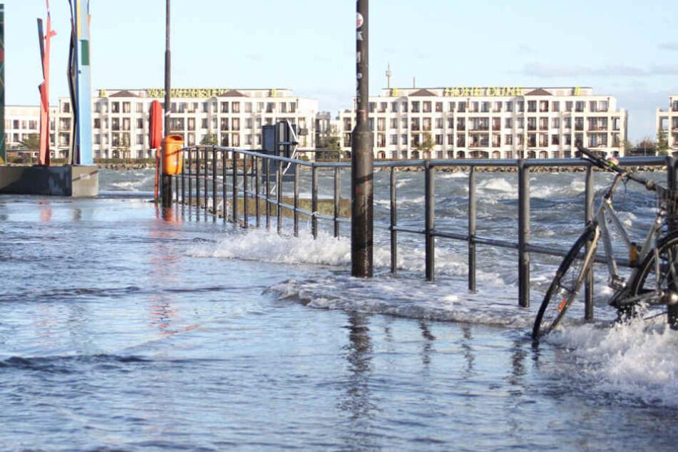 In Rostock erreichte das Hochwasser Rekordwerte und überschwemmte mehrere Straßen.