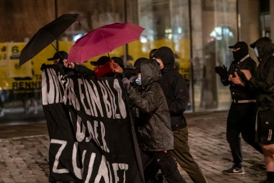 """Die Demonstranten waren vermummt und trugen einen Banner mit der Aufschrift: """"Wir sind ein Bild aus der Zukunft"""""""