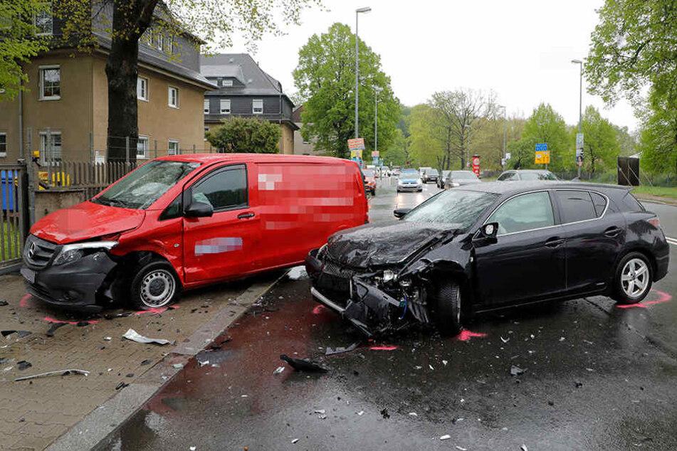 Insgesamt wurden bei dem Unfall drei Personen schwer verletzt.