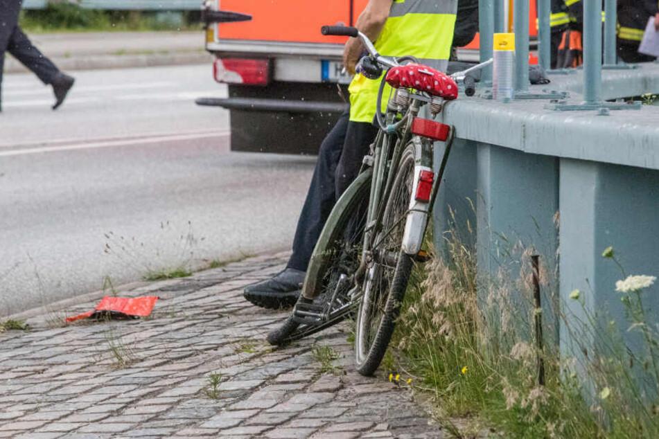 Der Vorderreifen des Rads ist stark beschädigt.