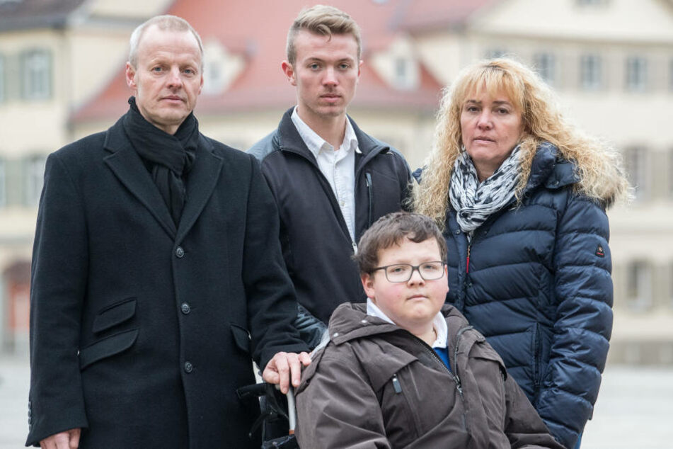 Von links: Vater Reiner, Bruder Stefan und Mutter Elke mit Jochen Knoop (Mitte). Der 20-Jährige sitzt seit einem Schulprojekt im Rollstuhl.