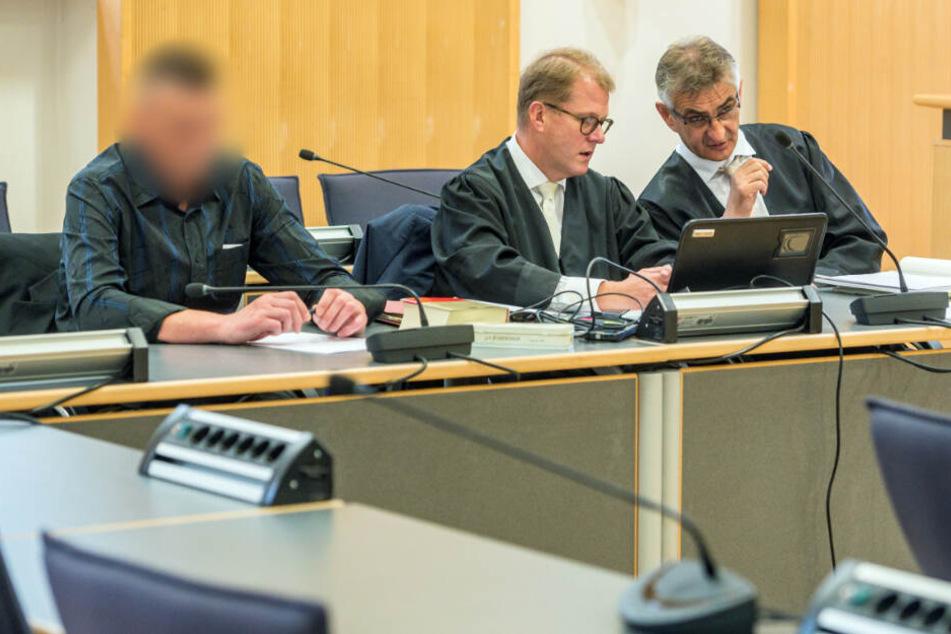 Der Angeklagte (l) sitzt im Verhandlungssaal des Landgerichts neben seinen Verteidigern Jan Bockemühl (M) und Helmut Mörtl. (Archiv)