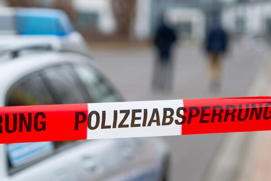 Ein Tatort wird von einer Polizeiabsperrung gesichert. (Symbolbild)