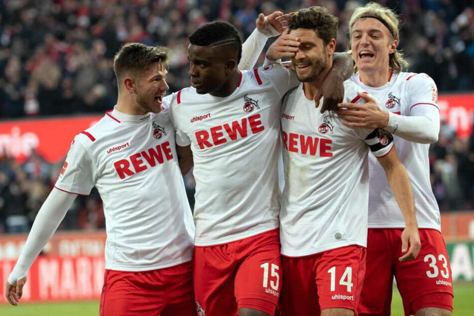 Die Kölner Jan Thielmann (l-r), Jhon Cordoba, Jonas Hector und Sebastiaan Bornauw bejubeln das Tor zum 3:0.
