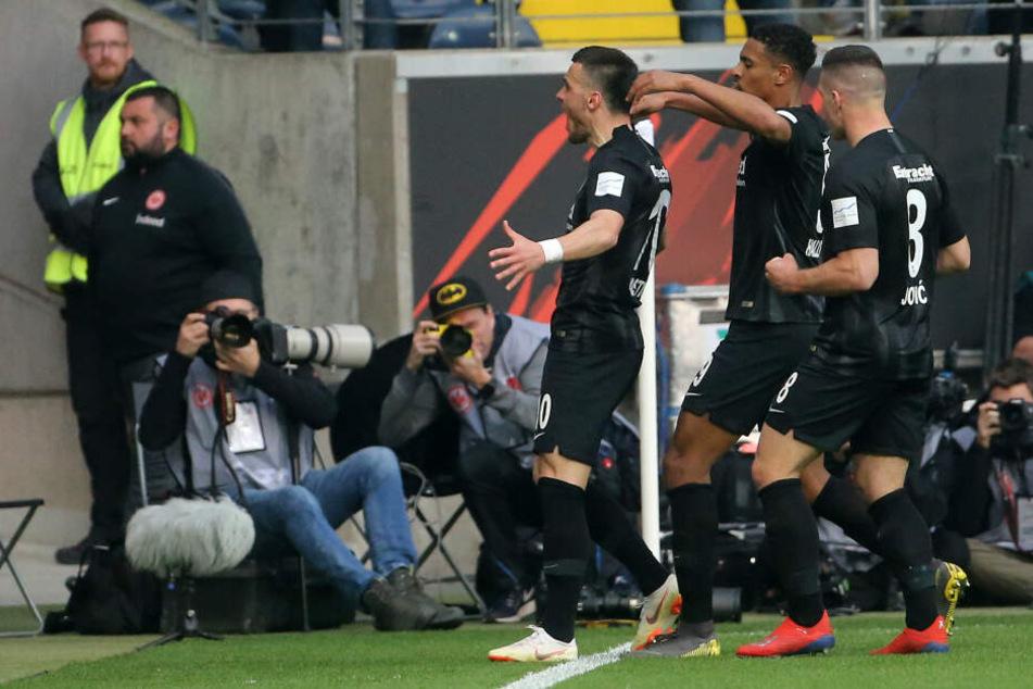 Held des Abends: Filip Kostic (Mi.) schenkte seinem Ex-Verein gleich zwei Tore ein.