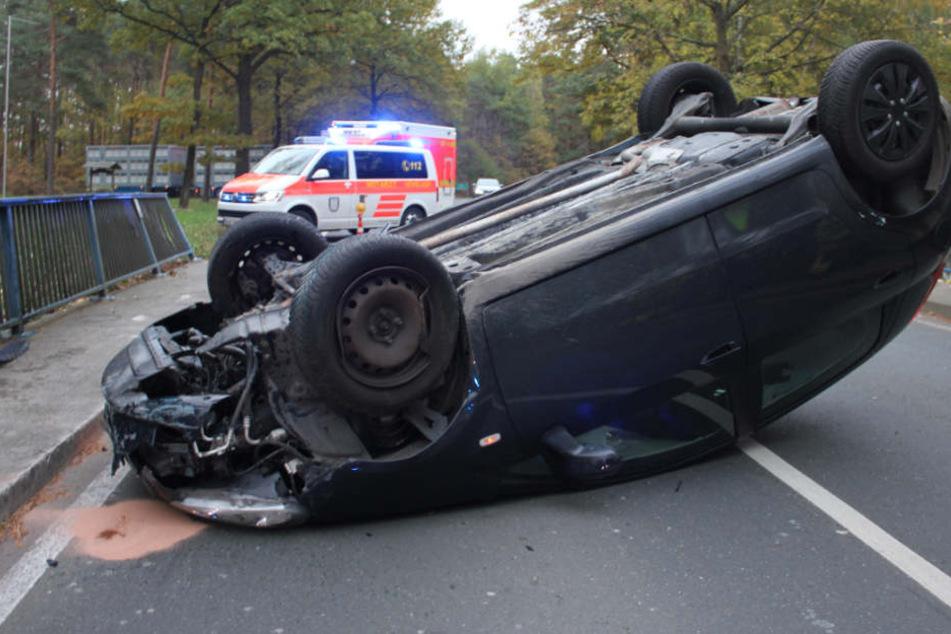 Der Fiat blieb nach dem Unfall auf dem Dach liegen.