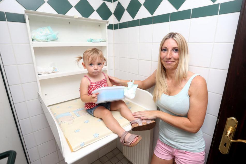 """Für Mama Jenny (34) und Töchterchen Letty (1) kommt der Wickeltisch im Diebels Fasskeller wie gerufen. """"Ich finde das total praktisch"""", erzählt die Mutter."""