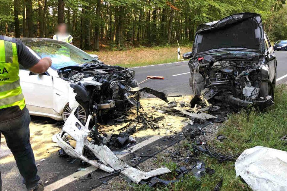 Aus noch ungeklärter Ursaxhe war der Mercedes in den Gegenverkehr geraten.
