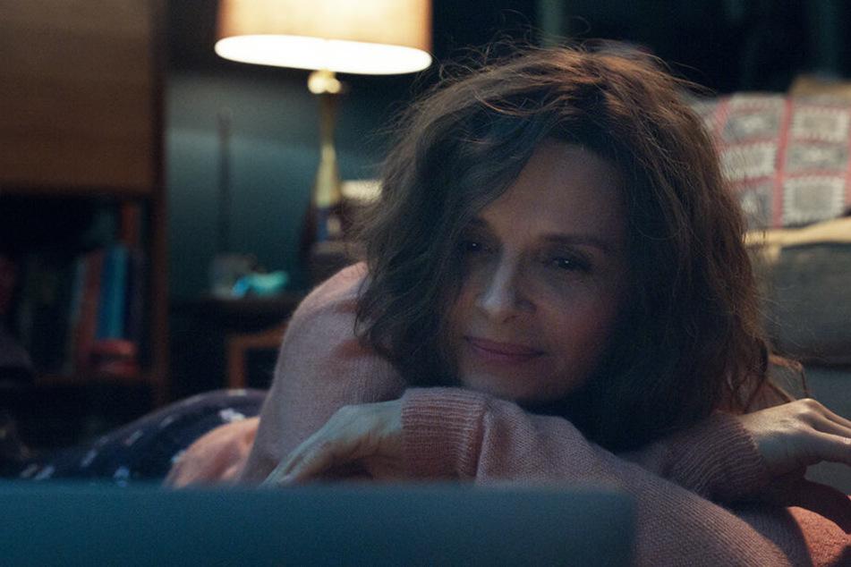 Literaturdozentin Claire Millaud (Juliette Binoche) verliebt sich im Internet in einen deutlich jüngeren Mann.
