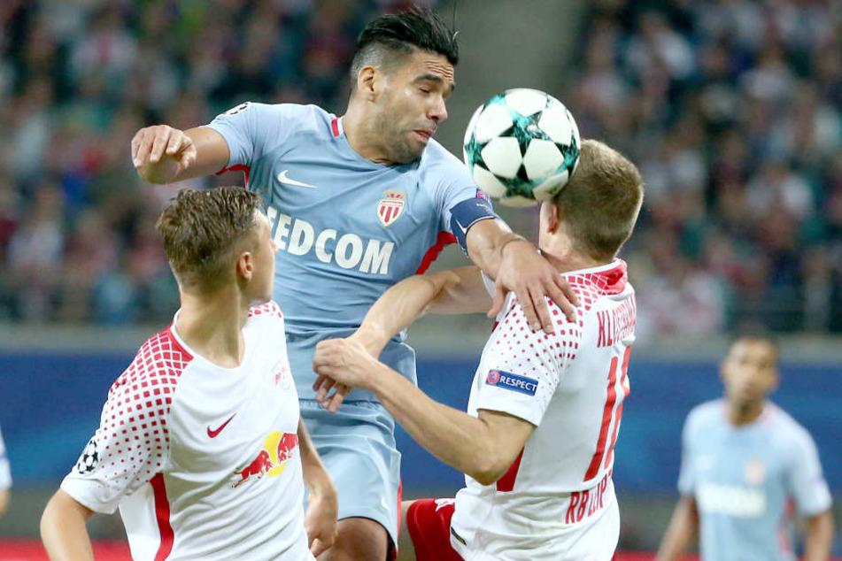 Monacos Superstar Radamel Falcao (M.) konnte die Abwehr (hier Orban und Klostermann) komplett aus dem Spiel nehmen.