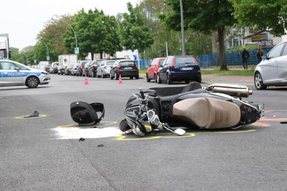 Heftiger Crash: Motorroller kracht in Auto