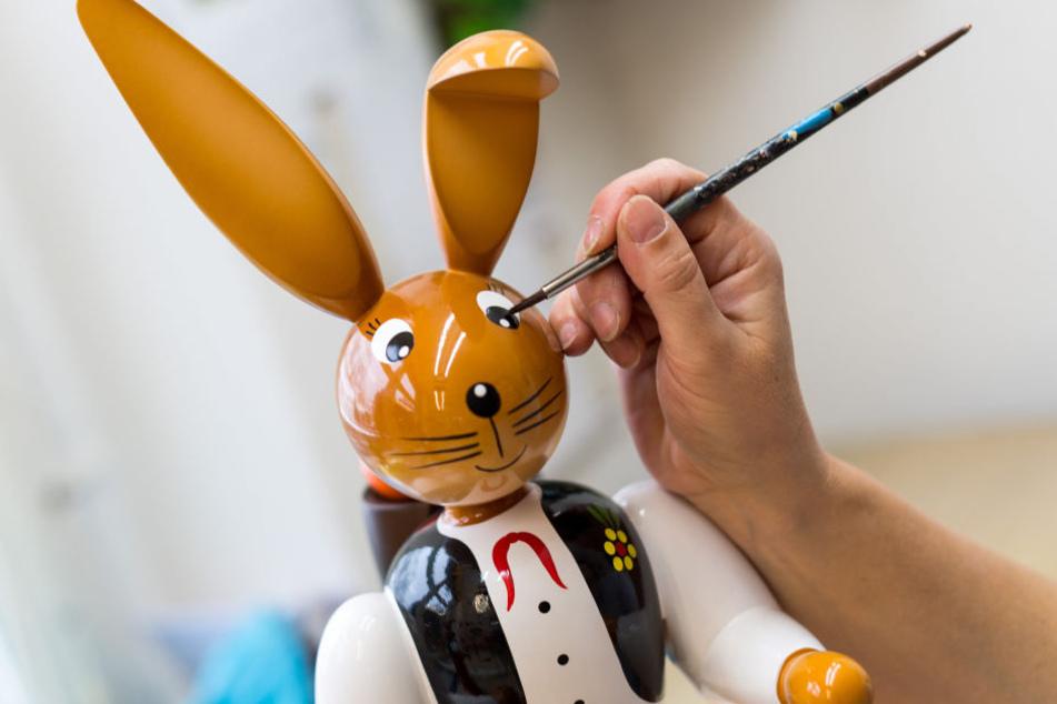 """Steffi Heilmann bemalt einen Knickohrhasen. Der Hase ist gegenwärtig ein """"Verkaufsschlager"""" der Firma Holzkunst Gahlenz."""