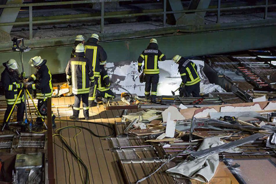Rettungskräfte am der komplett zerstörten Führerhaus des Schiffes. In den Trümmern starben zwei Crew-Mitglieder.