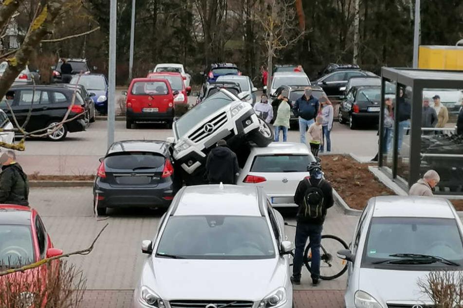Mehrere Menschen schauten gespannt auf die Folgen des Unfalls.