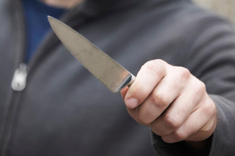 Mit einem Messer stach der Angreifer seinem Opfer in den Oberschenkel.