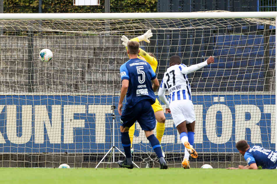 Hertha BSC II-Stürmer Jessic Ngankam trifft zum 1:0. CFC-Keeper Jakub Jakubov hatte keine Chance.