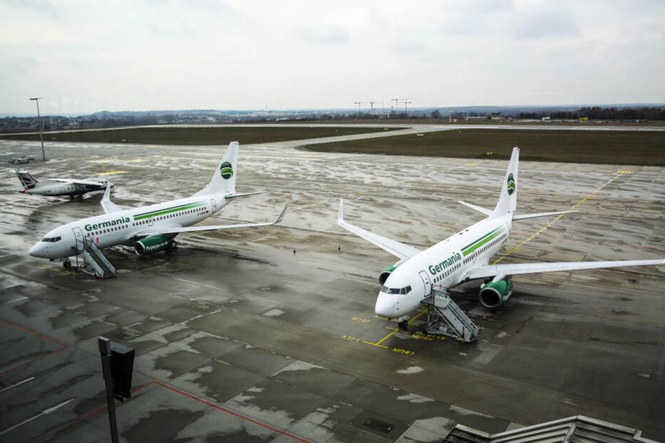 Abgestellt, aber betriebsbereit: Zwei der drei gestrandeten Germania-Flugzeuge am Flughafen Dresden.