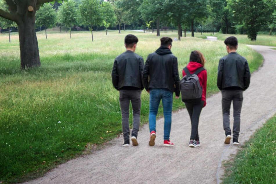 In einen Park brachten die jungen Männer das 14-jährige Mädchen nach der Vergewaltigung. (Symbolbild)