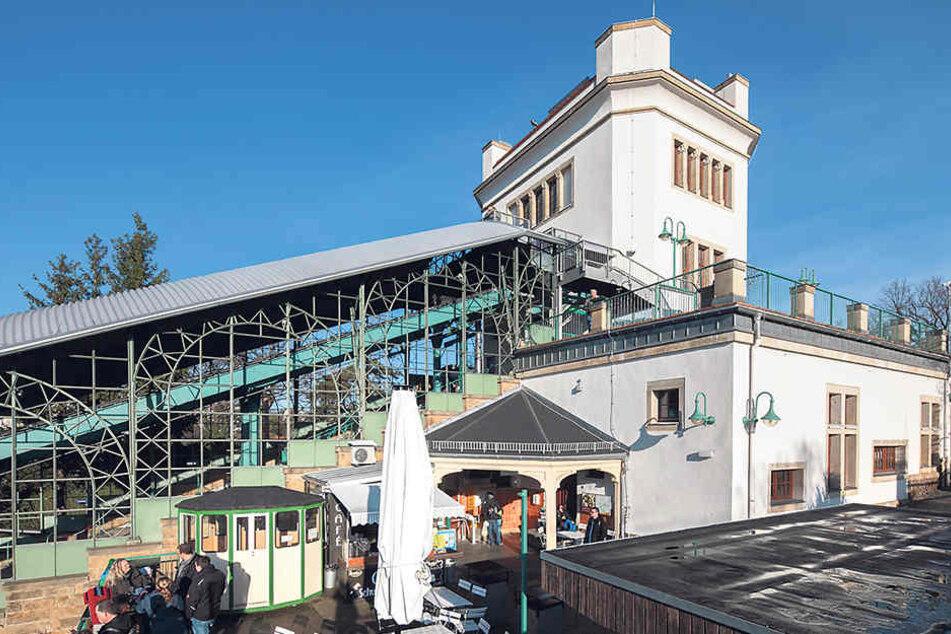 Die Bergstation der Schwebebahn  ist am Silvesterabend in Betrieb, das Café ebenfalls.