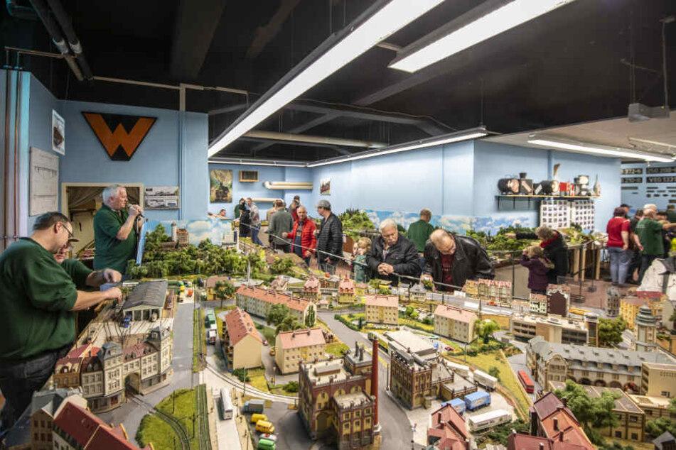 Volles Haus: In der Neefestraße 82 bestaunen Eisenbahnfreunde den Miniatur-Nahverkehr in Chemnitz und Umgebung.