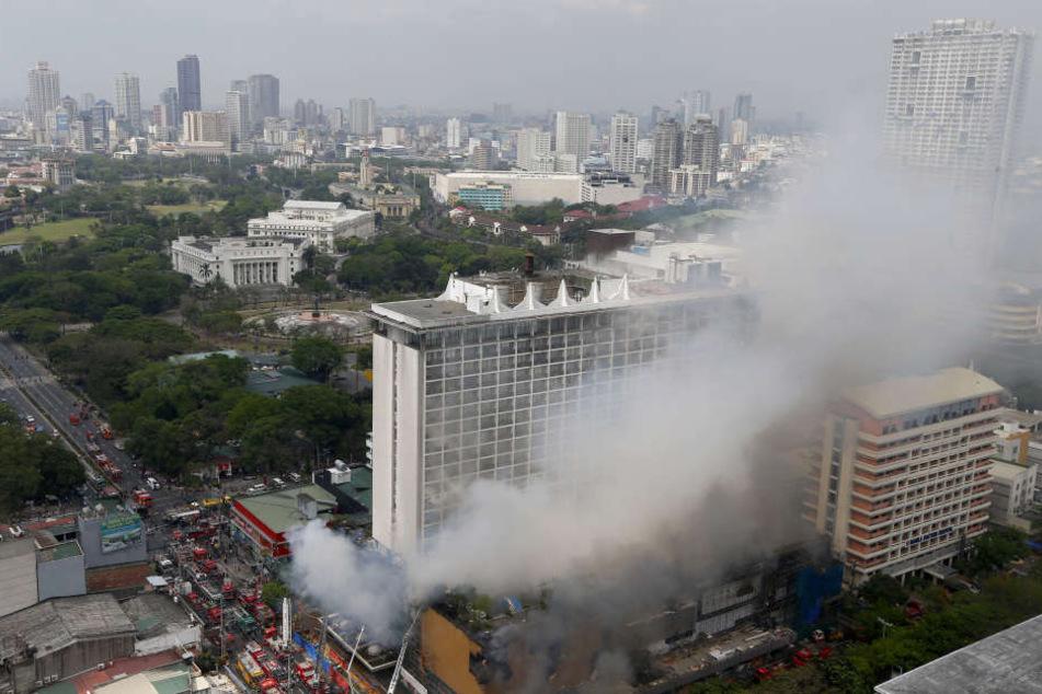 Feuerwehrleute sind bei einem Brand im Manila Pavilion Hotel & Casino im Einsatz.