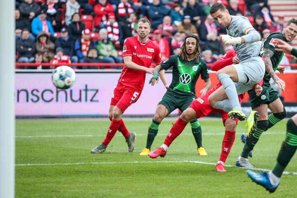 Berlins Sebastian Andersson (verdeckt) trifft zum 1:0 gegen den VfL Wolfsburg.