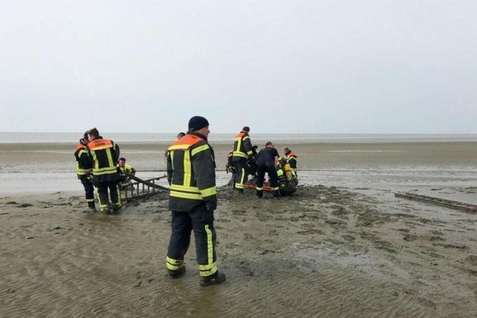 Die Flut lief bereits auf: Einsatzkräfte der Feuerwehr retten zwei Urlauberinnen aus dem Watt.