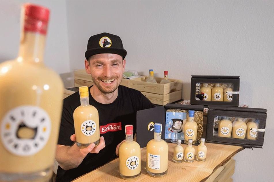 Drei verschiedene Eierliköre hat Felix Adler (35) in Chemnitz und für Chemnitzer abgefüllt.