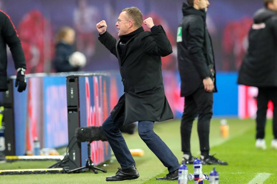 Trainer und Sportdirektor Ralf Rangnick fiel nach dem Abpfiff eine ordentliche Last ab. Da kann man schon mal zum Freudentänzchen ansetzen.
