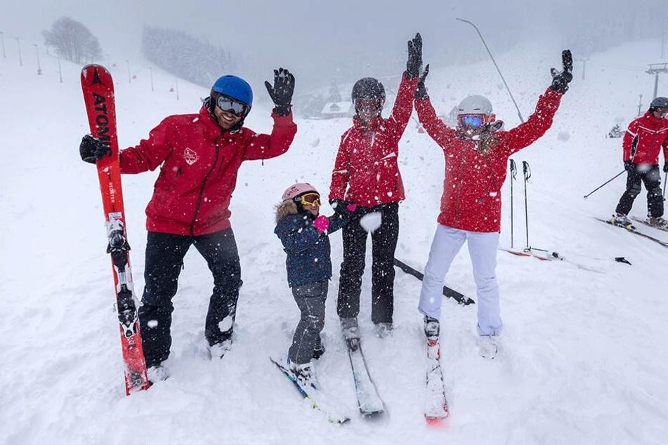 Die Ski-Lehrer Jonas Feldmann (28) und Corinna Trommler (25) geben Monique Rösler (30) und ihrer Tochter Greta (4) die erste Stunde.