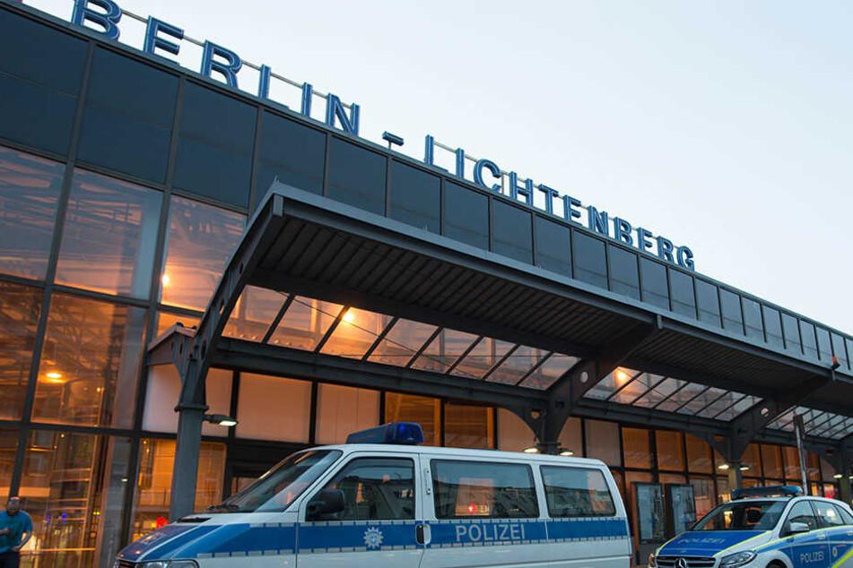 Auf einer Damentoilette am Bahnhof Berlin-Lichtenberg fanden Polizisten einen schwerverletzten Mann. Hintergründe sind bislang unklar.
